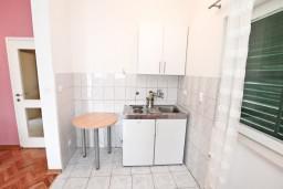 Кухня. Черногория, Нивице : Апартамент для 4-6 человек, с 2-мя отдельными спальнями, с балконом с шикарным видом на море, 10 метров до пляжа