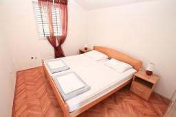 Спальня 2. Черногория, Нивице : Апартамент для 4-6 человек, с 2-мя отдельными спальнями, с балконом с шикарным видом на море, 10 метров до пляжа