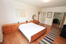 Спальня. Черногория, Игало : Дом с 3-мя спальнями на берегу моря, балкон и терраса с видом на море, приватный дворик