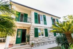 Фасад дома. Черногория, Игало : Дом с 3-мя спальнями на берегу моря, балкон и терраса с видом на море, приватный дворик