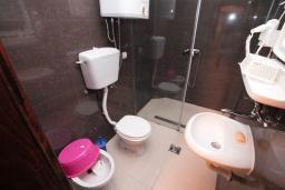 Ванная комната. Черногория, Петровац : Апартамент для 4-6 человек, с 2-мя отдельными спальнями, 70 метров до моря