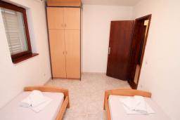 Спальня 2. Черногория, Петровац : Апартамент для 4-6 человек, с 2-мя отдельными спальнями, 70 метров до моря