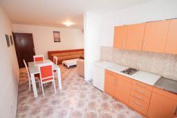Кухня. Черногория, Петровац : Апартамент для 4-6 человек, с 2-мя отдельными спальнями, 70 метров до моря