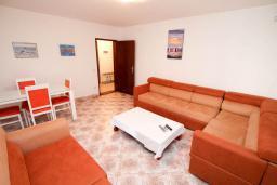 Гостиная. Черногория, Петровац : Апартамент для 4-6 человек, с 2-мя отдельными спальнями, 70 метров до моря