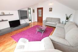 Гостиная. Черногория, Герцег-Нови : Апартамент для 4-5 человек, с 2-мя отдельными спальнями, с большой гостиной, с 3-мя балконами с шикарным видом на море