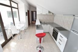 Кухня. Черногория, Герцег-Нови : Апартамент для 4-5 человек, с 2-мя отдельными спальнями, с большой гостиной, с 3-мя балконами с шикарным видом на море