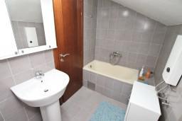 Ванная комната. Черногория, Герцег-Нови : Апартамент для 4-5 человек, с 2-мя отдельными спальнями, с большой гостиной, с 3-мя балконами с шикарным видом на море
