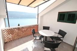 Терраса. Черногория, Герцег-Нови : Апартамент для 4-5 человек, с 2-мя отдельными спальнями, с большой гостиной, с 3-мя балконами с шикарным видом на море