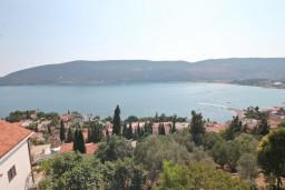 Вид на море. Черногория, Герцег-Нови : Апартамент для 4-5 человек, с 2-мя отдельными спальнями, с большой гостиной, с 3-мя балконами с шикарным видом на море