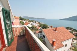 Балкон. Черногория, Герцег-Нови : Апартамент для 4-5 человек, с 2-мя отдельными спальнями, с большой гостиной, с 3-мя балконами с шикарным видом на море