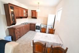 Кухня. Черногория, Зеленика : Уютный домик в тихом районе, вдали от баров и дискотек, с 2-мя отдельными спальнями, с большой гостиной, с террасой