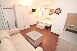 Студия (гостиная+кухня). Черногория, Рафаиловичи : Современная студия с террасой на берегу Рафаиловичей