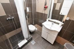 Ванная комната. Черногория, Рафаиловичи : Современная студия с террасой на берегу Рафаиловичей