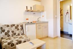 Студия (гостиная+кухня). Черногория, Рафаиловичи : Студия с балконом с видом на море на берегу Рафаиловичей