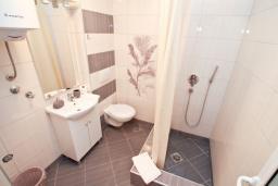 Ванная комната. Черногория, Рафаиловичи : Студия с балконом и видом на море на берегу моря в Рафаиловичах