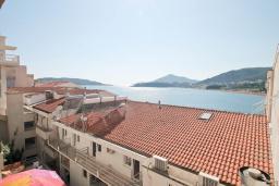 Вид на море. Черногория, Рафаиловичи : Студия с балконом и видом на море на берегу моря в Рафаиловичах
