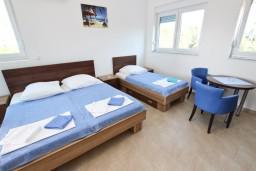 Студия (гостиная+кухня). Черногория, Добра Вода : Студия для 3 человек, с террасой с видом на море