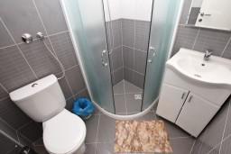 Ванная комната. Черногория, Добра Вода : Студия для 3 человек, с террасой с видом на море
