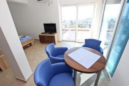 Гостиная. Черногория, Добра Вода : Апартамент для 5 человек, с отдельной спальней, с террасой с видом на море