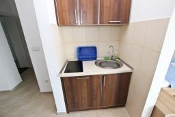 Кухня. Черногория, Добра Вода : Апартамент для 5 человек, с отдельной спальней, с террасой с видом на море