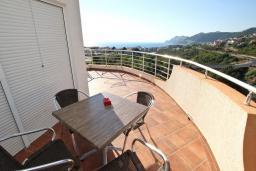 Терраса. Черногория, Добра Вода : Апартамент для 5 человек, с отдельной спальней, с террасой с видом на море