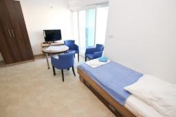 Гостиная. Черногория, Добра Вода : Апартамент для 3 человек, с отдельной спальней, с террасой
