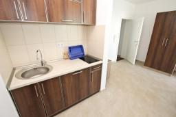 Кухня. Черногория, Добра Вода : Апартамент для 3 человек, с отдельной спальней, с террасой