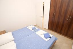 Спальня. Черногория, Добра Вода : Апартамент для 3 человек, с отдельной спальней, с террасой