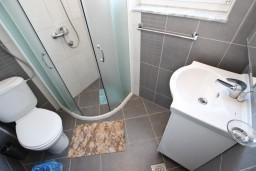 Ванная комната. Черногория, Добра Вода : Апартамент для 3 человек, с отдельной спальней, с террасой