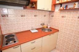 Кухня. Черногория, Рафаиловичи : Апартамент с 2-мя спальнями и балконом с шикарным видом на море, на первой линии в Рафаиловичи