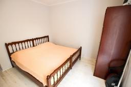 Спальня 2. Черногория, Рафаиловичи : Апартамент с 2-мя спальнями и балконом с шикарным видом на море, на первой линии в Рафаиловичи