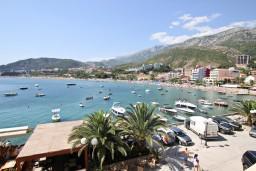 Вид на море. Черногория, Рафаиловичи : Апартамент с 2-мя спальнями и балконом с шикарным видом на море, на первой линии в Рафаиловичи