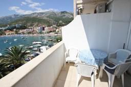 Балкон. Черногория, Рафаиловичи : Апартамент с 2-мя спальнями и балконом с шикарным видом на море, на первой линии в Рафаиловичи