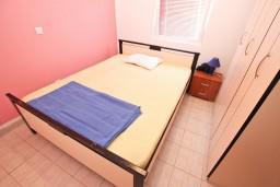 Спальня. Черногория, Сутоморе : 2-х этажная вилла площадью 180м2 с бассейном и видом на море, с 4-мя отдельными спальнями, 2-мя ванными комнатами, зеленый дворик, барбекю, парковка, Wi-Fi