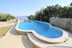 Бассейн. Черногория, Сутоморе : 2-х этажная вилла площадью 180м2 с бассейном и видом на море, с 4-мя отдельными спальнями, 2-мя ванными комнатами, зеленый дворик, барбекю, парковка, Wi-Fi