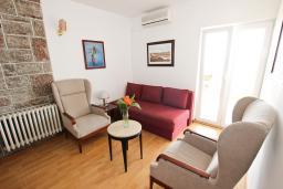 Гостиная. Черногория, Святой Стефан : Апартамент для 4-7 человек, с 2-мя отдельными спальнями, с 2-мя ванными комнатами (в одной из них сауна), с большой террасой с шикарным видом на море
