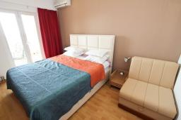 Спальня. Черногория, Святой Стефан : Апартамент для 4-7 человек, с 2-мя отдельными спальнями, с 2-мя ванными комнатами (в одной из них сауна), с большой террасой с шикарным видом на море