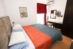 Спальня 2. Черногория, Святой Стефан : Апартамент для 4-7 человек, с 2-мя отдельными спальнями, с 2-мя ванными комнатами (в одной из них сауна), с большой террасой с шикарным видом на море