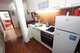 Кухня. Черногория, Святой Стефан : Апартамент для 4-7 человек, с 2-мя отдельными спальнями, с 2-мя ванными комнатами (в одной из них сауна), с большой террасой с шикарным видом на море