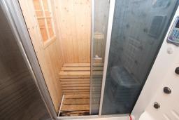 Ванная комната. Черногория, Святой Стефан : Апартамент для 4-7 человек, с 2-мя отдельными спальнями, с 2-мя ванными комнатами (в одной из них сауна), с большой террасой с шикарным видом на море