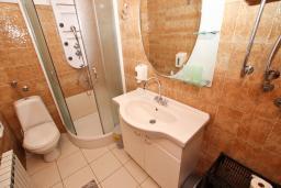 Ванная комната 2. Черногория, Святой Стефан : Апартамент для 4-7 человек, с 2-мя отдельными спальнями, с 2-мя ванными комнатами (в одной из них сауна), с большой террасой с шикарным видом на море