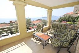 Терраса. Черногория, Святой Стефан : Апартамент для 4-7 человек, с 2-мя отдельными спальнями, с 2-мя ванными комнатами (в одной из них сауна), с большой террасой с шикарным видом на море