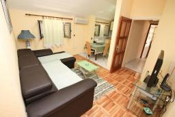 Гостиная. Черногория, Доброта : Апартамент для 4-5 человек, с 2-мя отдельными спальнями, с балконом с шикарным видом на море, 30 метров до пляжа