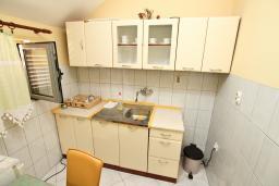 Кухня. Черногория, Доброта : Апартамент для 4-5 человек, с 2-мя отдельными спальнями, с балконом с шикарным видом на море, 30 метров до пляжа