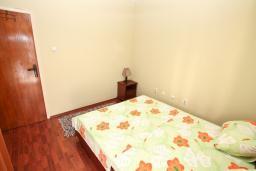 Спальня. Черногория, Доброта : Апартамент для 4-5 человек, с 2-мя отдельными спальнями, с балконом с шикарным видом на море, 30 метров до пляжа