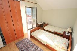 Спальня 2. Черногория, Доброта : Апартамент для 4-5 человек, с 2-мя отдельными спальнями, с балконом с шикарным видом на море, 30 метров до пляжа