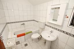 Ванная комната. Черногория, Доброта : Апартамент для 4-5 человек, с 2-мя отдельными спальнями, с балконом с шикарным видом на море, 30 метров до пляжа