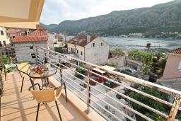 Балкон. Черногория, Доброта : Апартамент для 4-5 человек, с 2-мя отдельными спальнями, с балконом с шикарным видом на море, 30 метров до пляжа