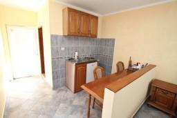 Кухня. Черногория, Столив : Студия с балконом с видом на залив, возле пляжа