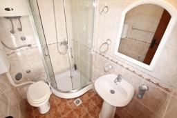 Ванная комната. Черногория, Столив : Студия с балконом с видом на залив, возле пляжа